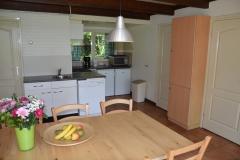 Keuken en eettafel van de bungalow