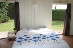 Slaapkamer met mooie grote ramen