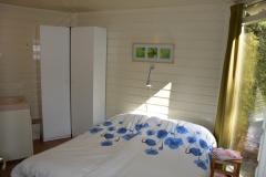 Net opgemaakt bed in de slaapkamer