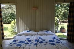 Slaapkamer met mooie ramen