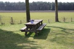Picknicktafel bij de weilanden